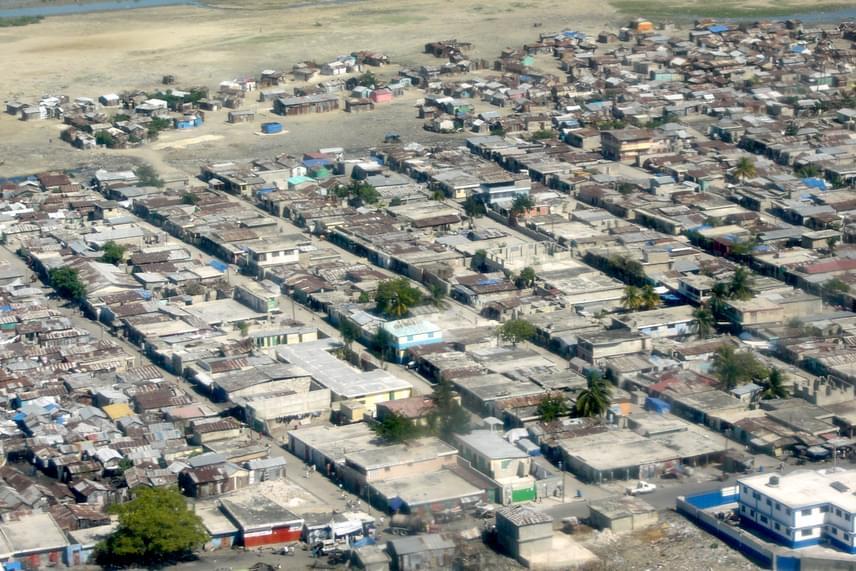 A Haiti fővárosának számító Port au Prince külterülete, Cité-Soleil - mely ironikus módon Napvárost jelent - ma a világ egyik legnagyobb és leghírhedtebb nyomornegyedének számít, sokak szerint egyúttal a bolygó egyik legveszélyesebb helyét is jelenti.
