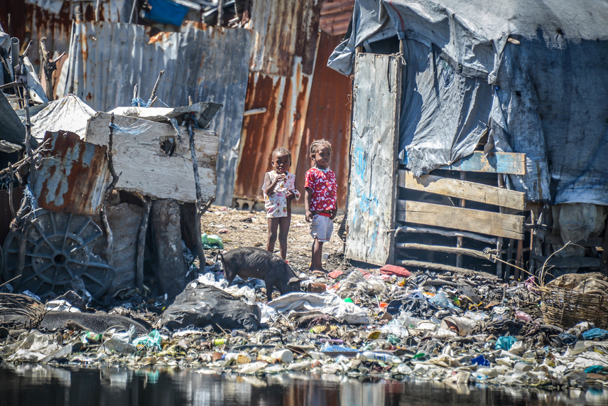 Az AIDS mellett számos fertőző betegség terjed, a bűzös pocsolyákat moszkitók árasztják el, a várható élettartam pedig a korai ötvenes éveket is alig éri el. Épp emiatt sem véletlen, hogy az itt élők többsége jellemzően fiatal felnőtt vagy gyermek.