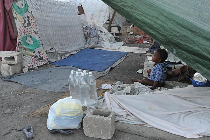 Bár az emberi jogi szervezetek és a hatóságok is igyekeznek tenni a helyiek életkörülményeinek javításáért - többek között az elektromosság bevezetésével, néhány kórház és iskola építésével -, a helyzet még ma is igen aggasztó, a megoldás pedig még annak ellenére is várat magára, hogy komoly adományok érkeznek a jobbító szándéknak köszönhetően.