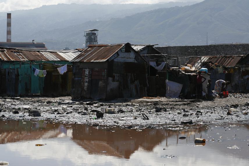 A többnyire összetákolt viskókból álló területen mintegy 200-400 ezer ember él összezsúfolódva, jelentős részüket tekintve összeguberált alapanyagokból felépített otthonokban. A külváros házai szinte elsüllyednek a szemétben, mely az ürülékkel együtt egyre csak gyűlik a környéken, nincs ugyanis szennyvíz-, illetve csatornarendszer.