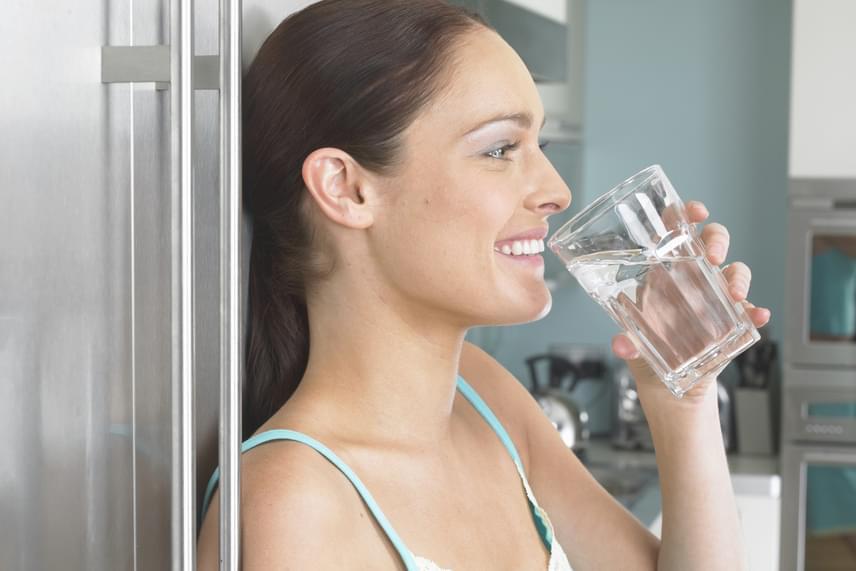 Végül, de nem utolsósorban a résztvevők a tiszta víz ízének hatását is kiemelték, mint olyan tényezőt, mely segít kevésbé kívánni a cigarettát, ellentétben olyan italokkal, mint a koffeintartalmú kávé, tea vagy épp az alkohol, melyek fogyasztása után többen éreznek késztetést arra, hogy rágyújtsanak. Ételek esetében ez utóbbi különösen a húsos fogásokra igaz.