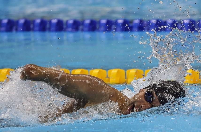 """A kép a brazil Daniel Dias úszóról készült a paralimpia férfi 200 méteres gyorsúszásának döntőjében, az Olimpiai Uszodában, ahol aranyérmet nyert. A férfi már 16 érmet szerzett, ezért az új Michael Phelpsnek is nevezik, amiről így nyilatkozott az AFP-nek: """"Daniel Dias vagyok, és szeretném felépíteni a saját életutamat. De nagyon boldog vagyok, hogy egy nagyszerű sportolóhoz hasonlítanak."""""""