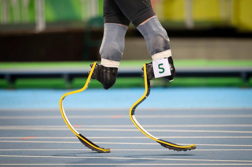 A kép a német David Behréről készült a riói paralimpia férfi 100 méteres síkfutásának előfutamában az Olimpiai Stadionban. A futó a paralimpiai atlétika T43-as kategóriájában indult, amelyben a mindkét lábat térd alatt vagy az egyik lábat tőből amputált sportolók mérhetik össze erejüket. A róla készült videót megnézheted, ha ide kattintasz.