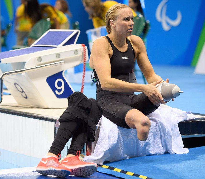 Ezen a képen éppen az orosz születésű, amerikai Jessica Long készülődik a paralimpia női 400 méteres gyorsúszásának előfutamára az Olimpiai Uszodában. Az úszónő többszörös aranyérmes paralimpikon, és többször megdöntötte a világrekordot is az S8-as kategóriában.