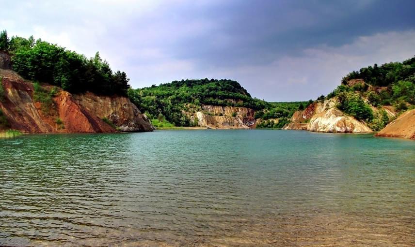 A festői szépségű táj számtalan csodát rejt. A színjátszó, növényektől zöldellő part és a türkiz víz mindenkit elvarázsol.