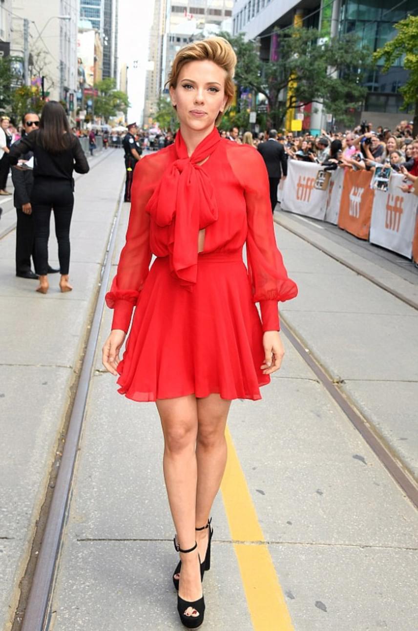 Igazán remek választás volt Scarlett Johanssontól ez a tűzpiros, áttetsző miniruha, ami elegáns, mégis szexi.