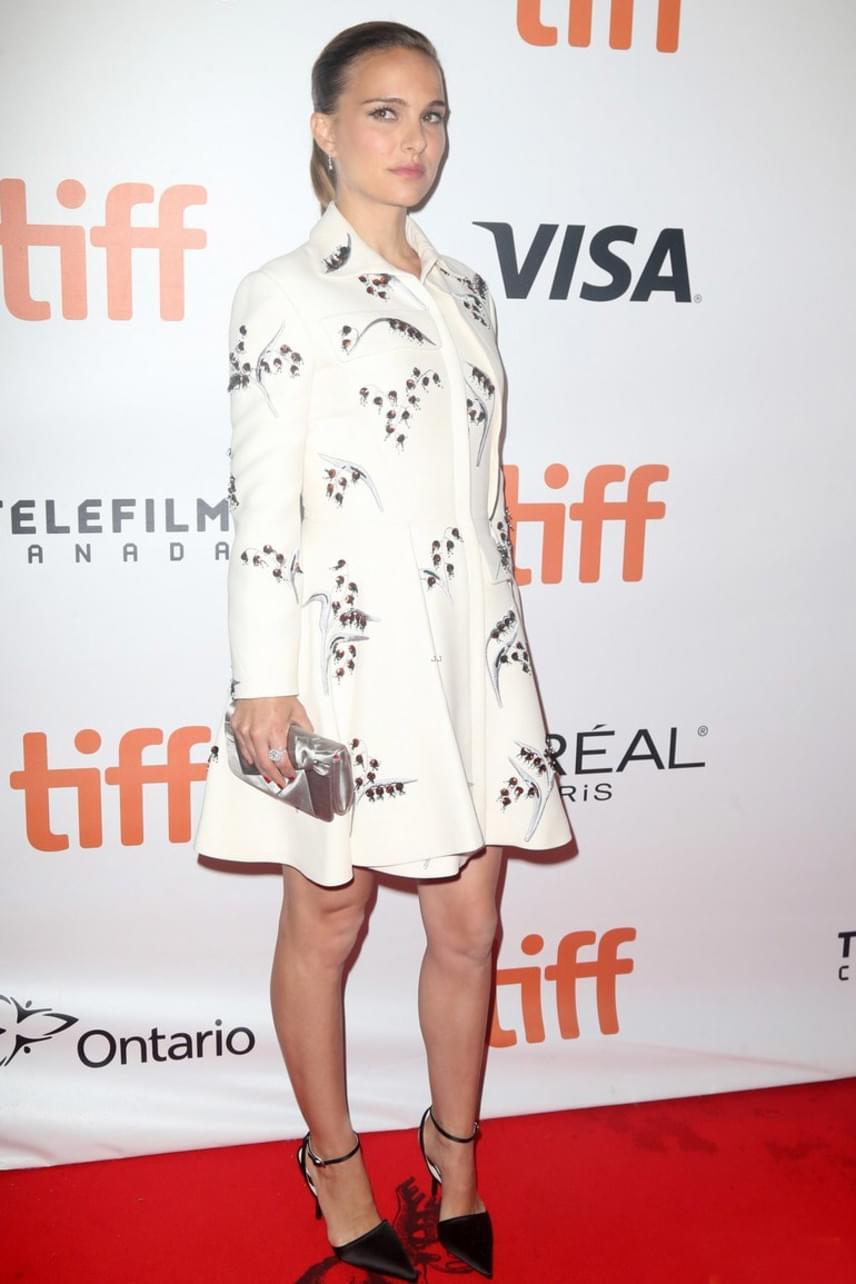 Natalie Portman babapocakját ügyesen eltakarja ez a hófehér, virágmintás kis kabátruha - így meg nem mondanánk róla, hogy már a második trimeszterben van.