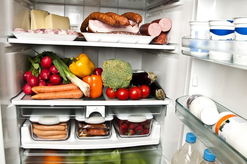 A hűtőt nem célszerű túl gyakran nyitogatni vagy épp hosszú ideig nyitva tartani az energiatakarékosság jegyében, ha azonban kellemetlen szagok uralkodnak benne, elengedhetetlenné válik, hogy kiszellőztesd, azok ugyanis nem múlnak el maguktól, a helyzet idővel pedig csak rosszabbodik. Áramtalanítsd a hűtőt - érdemes az alapos tisztítást a leolvasztással egybekötni -, takarítsd ki minden egyes részletét, majd szellőztesd és szárítsd ki jó alaposan.