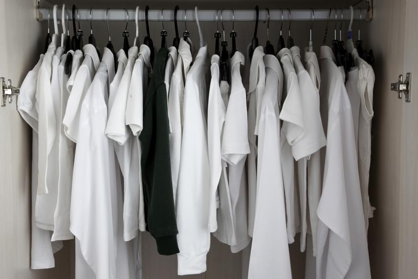 A szekrényeket számos praktika segítségével illatosíthatod, a rendszeres kiszellőztetésükről azonban így sem érdemes elfeledkezni. Célszerű legalább hetente egyszer kinyitni az ajtókat, kéthetente, havonta pedig a ruhákat is kivenni, átforgatni, szellőzni hagyni.