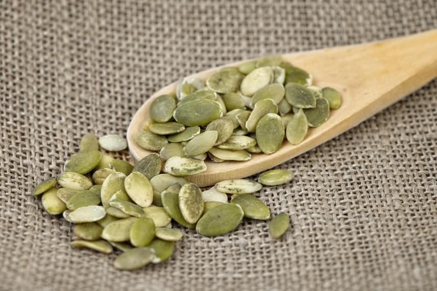 A magvak fehérjetartalma kiemelkedő. 100 gramm magocskával akár 30 gramm fehérjét is bevihetsz, így az ínycsiklandó nassolnivaló a csirkemell tápértékével is képes felvenni a versenyt. Keverd őket a reggeli zabpelyhedhez, vagy csipegess tökmagot, pisztáciát, mandulát vagy szotyit, és a fehérje mellett bevitt egészséges zsírok és vitaminok garantálják, hogy lesz energiád az edzéshez.