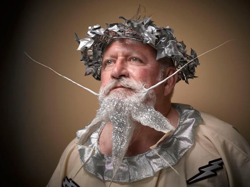 A csillámos, villámokat idéző szakáll tulajdonosa valószínűleg Zeuszt akarta megtestesíteni.