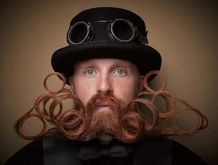 Az óriási szőr-csőr után egészen ízlésesnek hat a szakállból és bajuszból formázott körök erdeje.