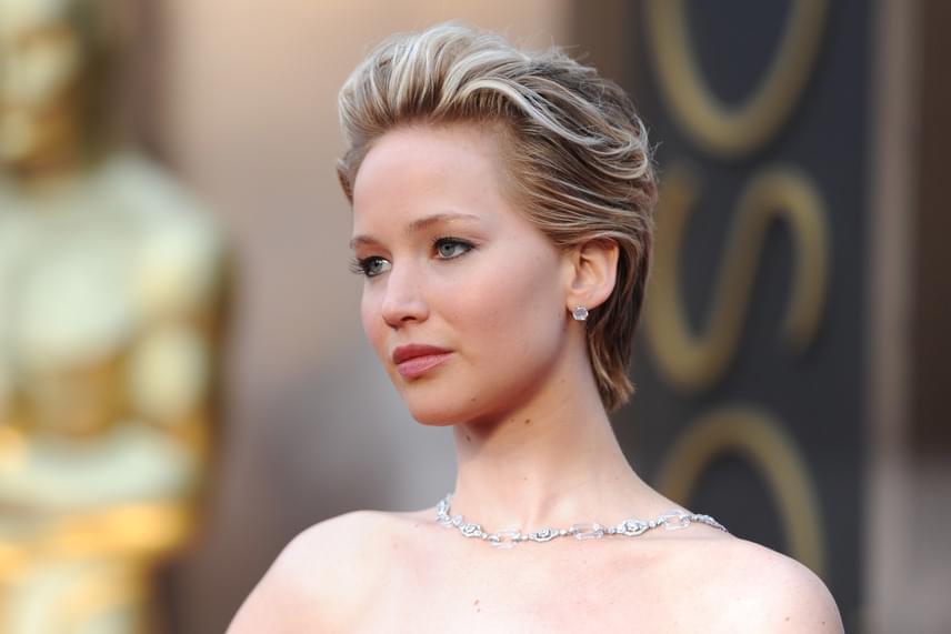 Jennifer Lawrence nem állta meg szó nélkül, hogy az őt faggató riporter folyton a telefonját nyomkodta. Közölte, hogy legalább néha-néha rá is figyelhetett volna interjú közben, akkor talán nem kérdezett volna ekkora hülyeségeket.