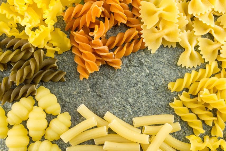 A száraztészták nem romlanak meg olyan gyorsan - az ok nyilvánvalóan épp szárított mivoltuk -, így ezeknél sem számít, ha kicsivel a lejárati időn túl fogyasztanád el őket. Nagyon fontos azonban, hogy bízz az érzékszerveidben, ebben az esetben éppúgy, mint bármely más említett élelmiszernél. Bár a dátum sokszor csak iránymutatás, egyértelműen intő jel, ha az ételnek furcsa szaga és íze van, megváltozott az állaga, a színe, a formája. Ebben az esetben tehát igaz a jó tanács: ha bármivel kapcsolatban úgy érzed, egy kicsit is gyanús, hagyatkozz a megérzéseidre, és semmiképpen se fogyaszd el.