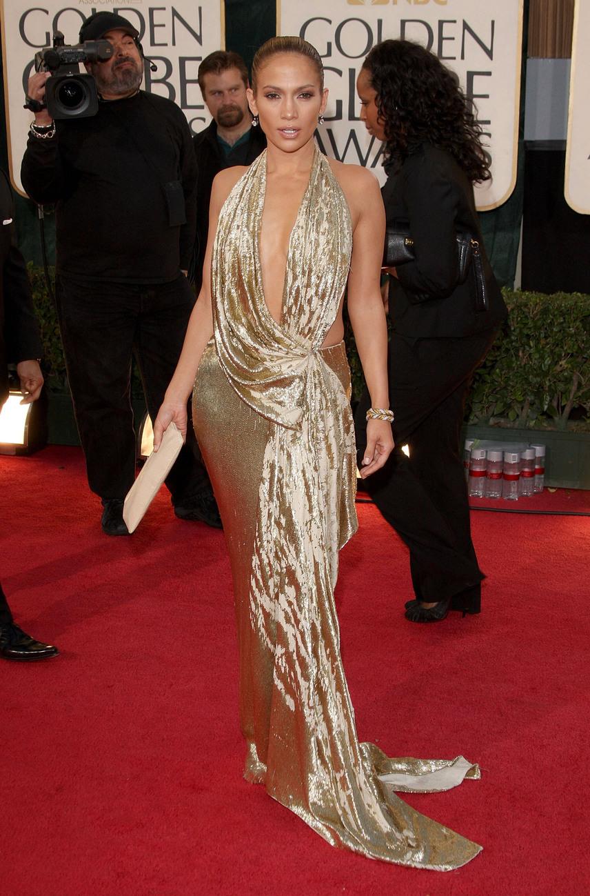 Jennifer Lopez a 2009-es Golden Globe-gálára érkezett ebben az arany estélyiben, ami nem sokat takart el a dekoltázsából.