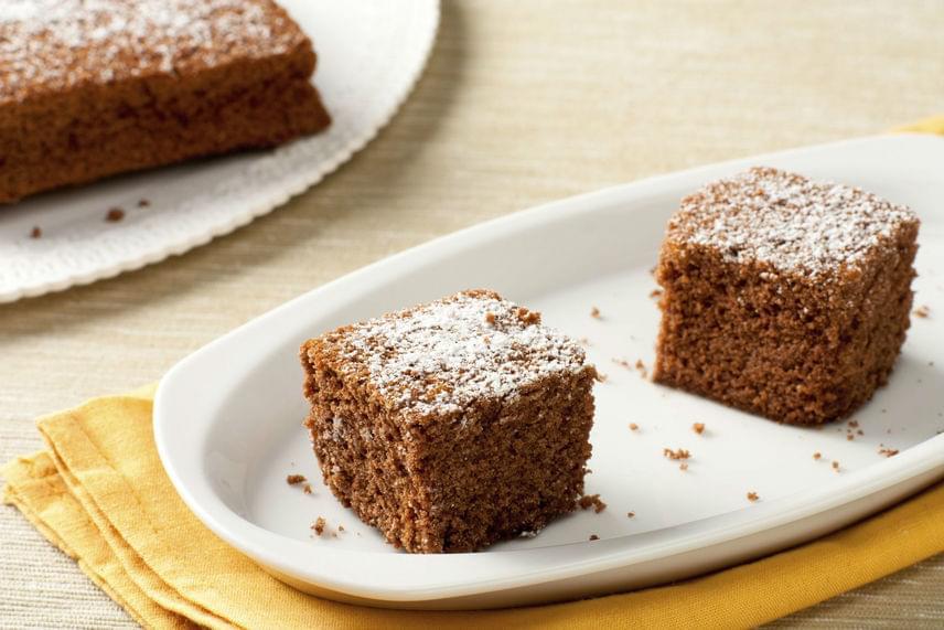 Gesztenyés süti nélkül nincs ősz. Ez a pillekönnyű tésztájú édesség tökéletes hétköznapokra, mert csupán pár perc tényleges munka van vele. Nagy előnye még, hogy másnap is nagyon puha lesz. Lépj túl a pürén, és készítsd el ezt az illatos gesztenyés finomságot!