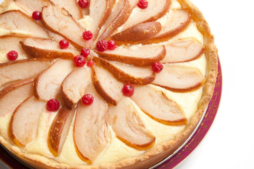 Ha szereted a fanyar körtét és a krémes desszerteket, akkor ezt a tortát vedd fel a kötelezően elkészítendő sütik listájára. A gazdag ízvilágú, különleges fűszerekkel megbolondított körtetorta az egyszerű napokból is ünnepet varázsol. Amíg a tészta sül, készíthetsz hozzá csokis vagy karamellás öntetet.