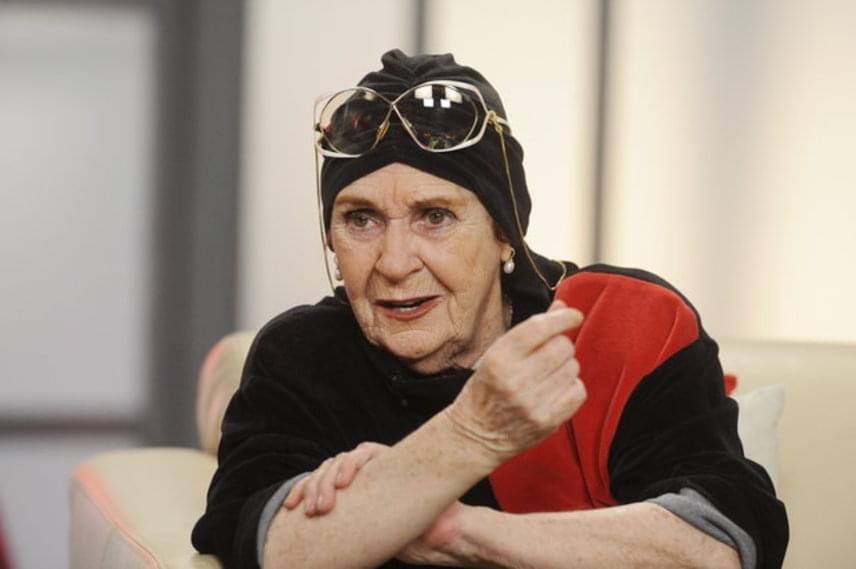 86 éves korában, február 25-én, hosszan tartó betegség után, szívelégtelenség következtében, álmában hunyt el Psota Irén. A Madách Színház művésze, a nemzet színésze, kétszeres Kossuth-díjas és kétszeres Jászai Mari-díjas, érdemes és kiváló művész, a Halhatatlanok Társulatának örökös tagja volt.