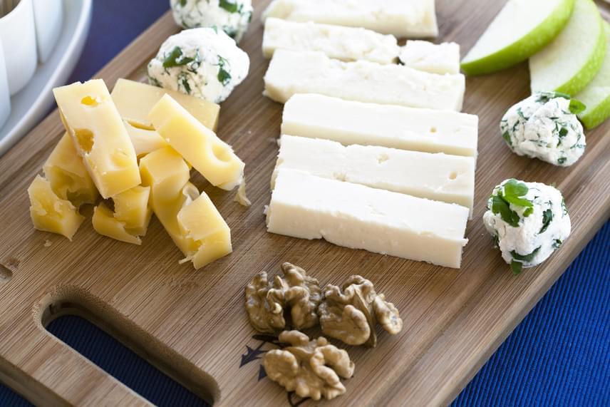 Egy vékony szelet sajt, egy közepes alma és négy fél dióbél nemcsak ízletes harmóniát alkot, de nagyon hasznos is. Az alma béltisztító rostokkal lát el, a dió egészséges zsírokkal és vitaminokkal, míg a sajtból fehérjéhez jut a szervezeted. Arra azonban ügyelj, hogy a sajtok általában 100 grammban mintegy 350 kalóriát tartalmaznak, így itt válaszd a zsírszegény változatot!