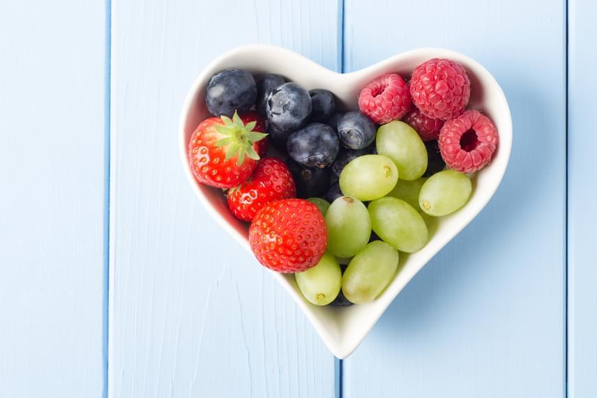 A bogyós gyümölcsök tele vannak béltisztító rostokkal és éhségcsökkentő nedvességgel, sőt, a bennük található gyümölcscukor energiát is ad. Ősszel például csipegethetsz friss vagy fagyasztott szőlőszemeket, melyek káliummal és mangánnal is feltöltenek, ráadásul egy jókora fürt, 250 gramm tesz csak ki belőlük 100 kalóriát. Hasonlóan jó választás ugyanennyi áfonya, málna vagy szeder.