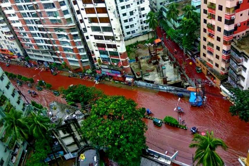 Nagy mennyiségű állati vér került a hömpölygő esővízbe Dakka városában. A vörösre színeződött víz még mindig elborítja az utakat.