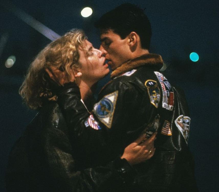Tony Scott 1986-os romantikus akciófilmjének legforróbb jelenetében Tom Cruise és Kelly McGillis képtelen ellenállni egymásnak és vágyaiknak. A kék fényekben úszó szobában lezajló légyottot a Berlin nevű együttes You Take My Breath Away című slágere is különlegessé varázsolta.
