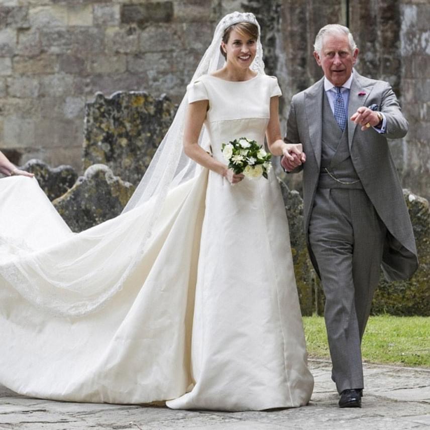 Alexandra örömmel igent mondott Károly herceg felajánlására, aki ráadásul Erzsébet királynővel az oldalán jelent meg a nagyszabású esküvőn.