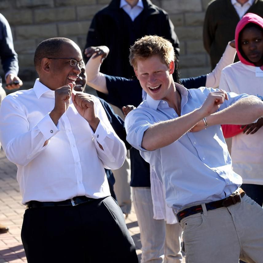 Harry herceg bármikor vevő egy jó bulira - itt éppen a királyi körút egyik karibi állomásán perdült táncra a helyi lakosokkal.