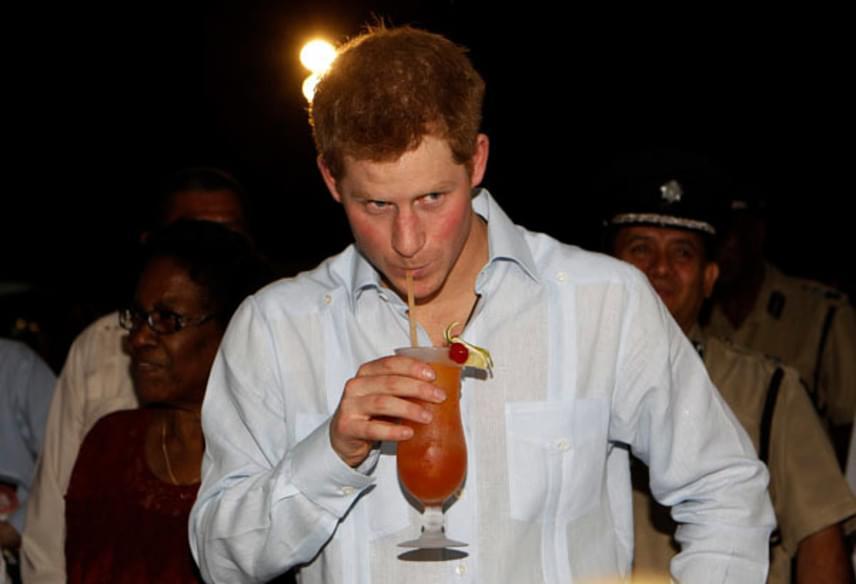 Harry herceg nem veti meg az italt, ami miatt többször bajba is került. Egy alkalommal még a királyi gépet is elkötötte - ráadásul pucéran.