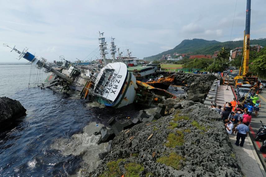 Süllyedőben lévő halászhajó a Tajvan déli részén fekvő Kaohsziung kikötővárosban 2016. szeptember 15-én, a szupertájfun elvonulása után. A vihar több vízi járművet is megrongált a kikötőben.