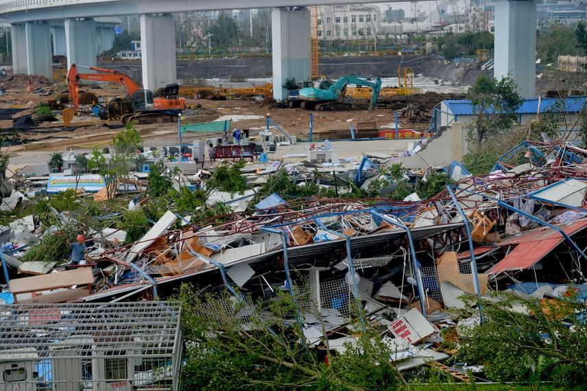 Építőipari munkások számára létesített öltözők maradványai a Meranti szupertájfun elvonulása után a Kína délkeleti részében lévő Hsziamen városban 2016. szeptember 15-én. Az épületek tartóoszlopait hurkapálcaként törte ketté a vihar.