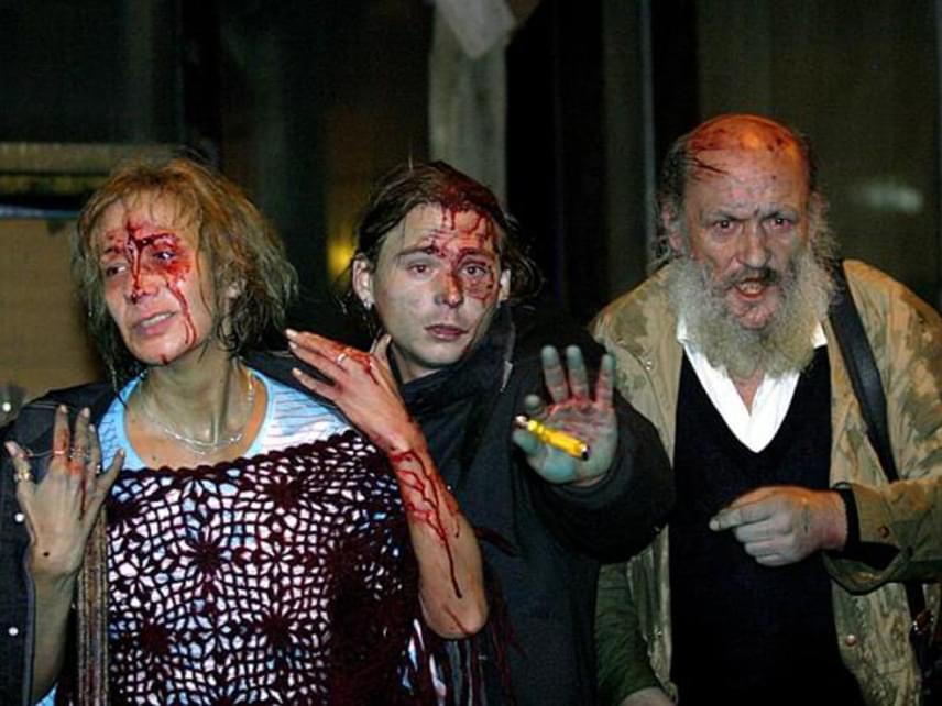 """Az agresszív összecsapásokban rengeteg demonstráló és rendőr is megsérült. A tömeg a """"Magyar rendőr velünk van!"""" skandálással próbálta megadásra kényszeríteni az intézkedőket, végül két óra körül bejutottak az addigra kiürített székházba. Hajnalban végül felolvasták a petíciót. A rendőri intézkedések és az eseményeket követő letartóztatások miatt jogvédő szervezetek is felemelték a szavukat."""