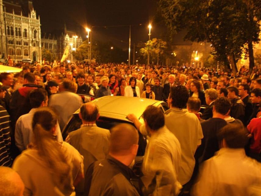 A tömeg egyre duzzadt, amikor azonban a Magyar Televízió híradásában mindössze kilencszáz főben határozták meg, a tüntetők egy csoportja az MTV Székház Szabadság téri bejárata felé vette az irányt, hogy egy petíciót olvastassanak be. Mivel ez nem teljesülhetett, Toroczkaiék a tömeget hívták segítségül. Ekkor kezdődött meg a hetekig elhúzódó ütközet a rendőrök és a tüntetők között.