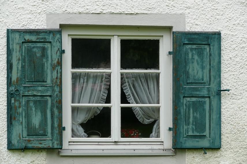 A lakás megfelelő hőszigetelésével lehet a legtöbb költséget megspórolni, a modern nyílászárók beszerzése ugyanakkor nagy beruházást igényel, amit nem mindenki engedhet meg magának. Ha a régi típusú ablakod nagyon huzatos, egy huzatfogó párnával vagy néhány nagyobb törülközővel sokat javíthatsz a helyzeten, de akár egy hőszigetelő ablakfóliát is ragaszthatsz az üvegfelületre.