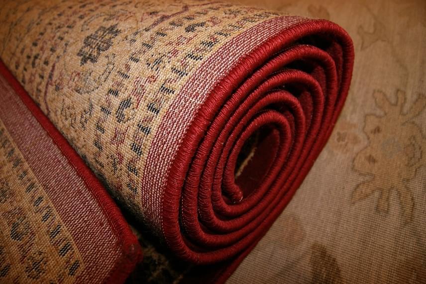Egy jól megválasztott szőnyeg amellett, hogy tökéletes dísze lehet a helyiségnek, remekül szigeteli a padlót, egy vastag, meleg darab pedig megnöveli az ott tartózkodók hőérzetét is. Ugyanilyen módon szigetelheted a falakat is például egy nagyobb méretű falvédővel.