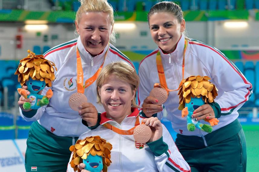 A Krajnyák Zsuzsanna, Dani Gyöngyi, Veres Amarilla összeállítású magyar válogatott bronzérmet szerzett a kerekesszékes vívók női párbajtőr csapatversenyében a riói paralimpia csütörtöki napján. A trió a magyar küldöttség 14. érmét szerezte meg.