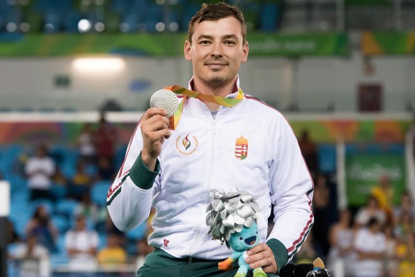 Osváth Richárd ezüstérmet szerzett a kerekesszékes vívók A sérültségi kategóriájának tőr egyéni versenyében a szerdai versenynapon, ezzel övé lett a tizedik magyar érem.