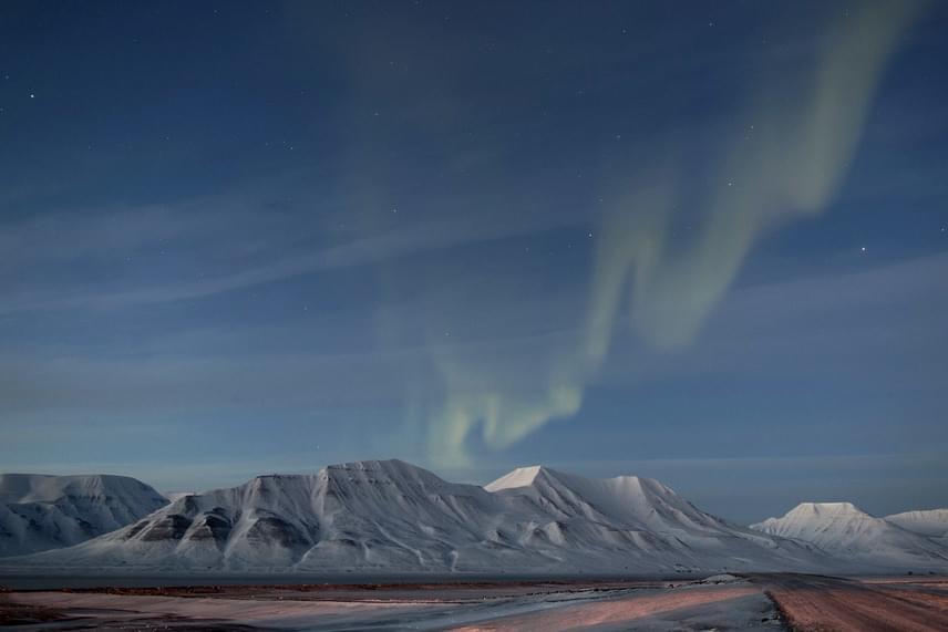 A 2015. március 20-i teljes napfogyatkozás estéjén a nyugati-földiek egy második természetes fényjelenséget is élvezhettek: a sarki fényt. Soponyai György fotója az Aurorae kategória győztese lett.