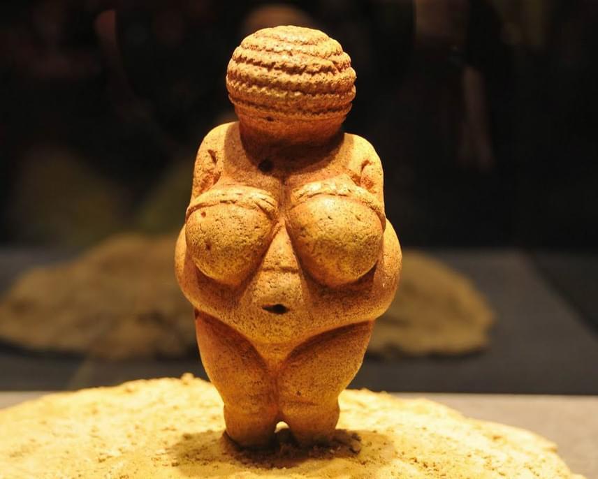 A most felfedezett női szobor alakja nagyon hasonlít a képen látható, 1908-ban felfedezett Willendorfi Vénuszra, melynek esetében az alkotó készítője nem a reális ábrázolásra törekedett, hanem sokkal inkább idealizált nőalak megformázására.