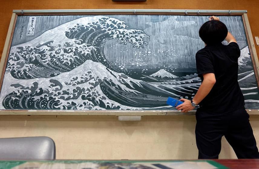 Hamacream nemcsak elméleti tananyagot ad le óráin, hogy aztán később szigorúan számon kérje azokat diákjain. Valóságos műalkotásokat rajzol a táblákra, amiben nem ismer határokat.