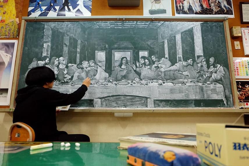 A japán tanár Leonardo da Vinci Az utolsó vacsora című festményét játszi könnyedséggel teremti újra a táblán.