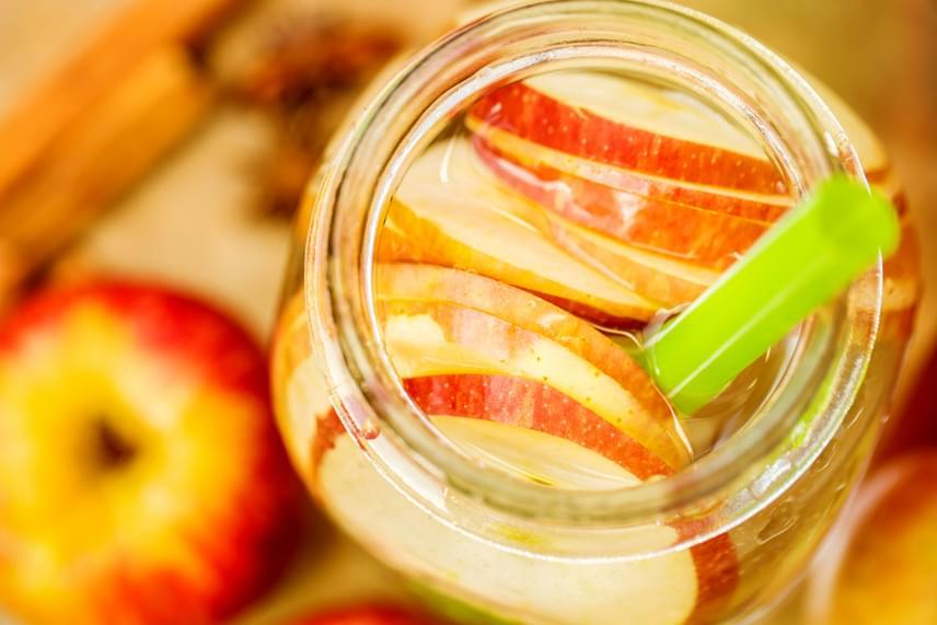 Minden bizonnyal az ősz legolcsóbb és leghasznosabb gyümölcse az alma, ami amellett, hogy egészen tavaszig beszerezhető, tele van vitaminnal, és minden méreganyagtól megszabadítja a szervezetet. A vizet, melybe az almaszeleteket tetted, ízesítheted tetszőlegesen egy kis fahéjjal vagy mézzel is, ám ha fogyókúrázol, utóbbit inkább néhány csepp citromlével helyettesítsd!