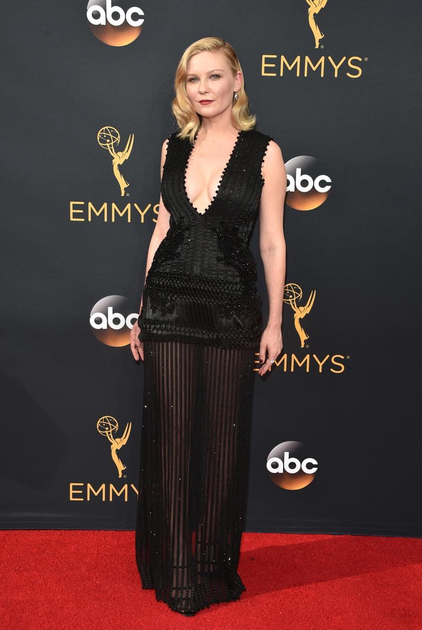 Kirsten Dunst egy áttetsző kis feketére tette le a voksát, ráadásul dekoltázsából is sokat mutatott a gála résztvevőinek.