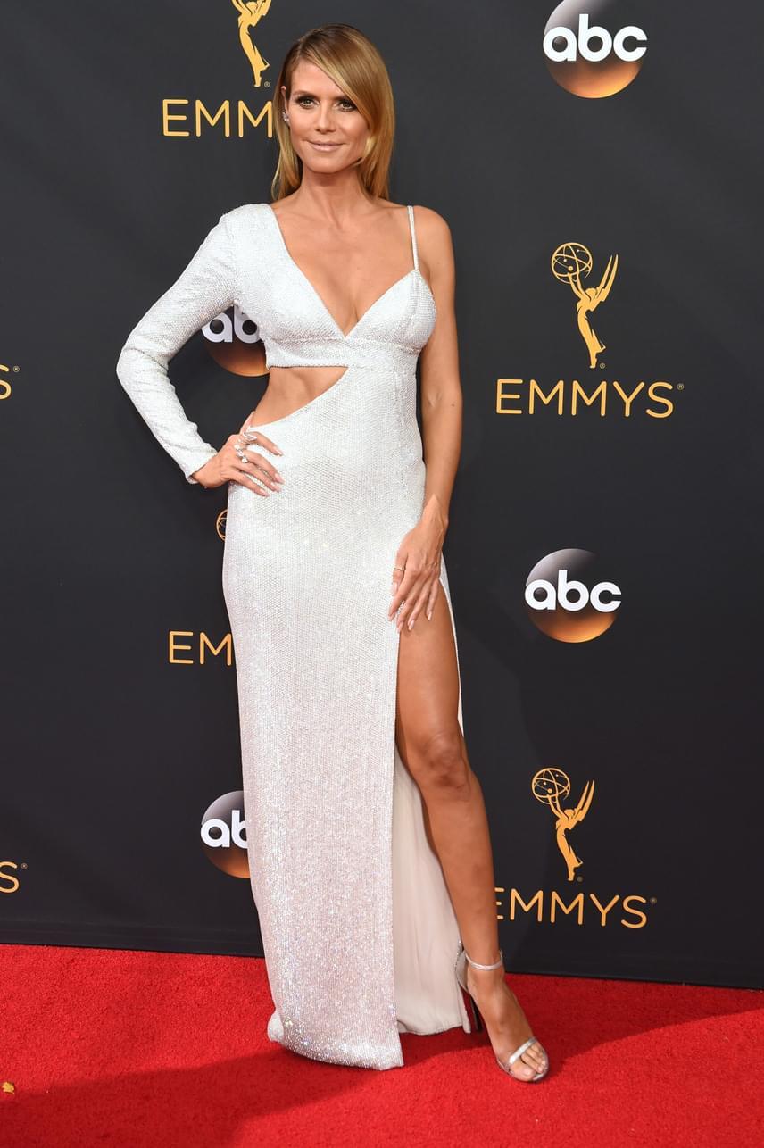 Heidi Klum asszimetrikus darabja nem aratott osztatlan sikert. A mélyen dekoltált, hasnál kivágott és combig felsliccelt ruha egyszerűen már túl sokat mutatott a modellből.