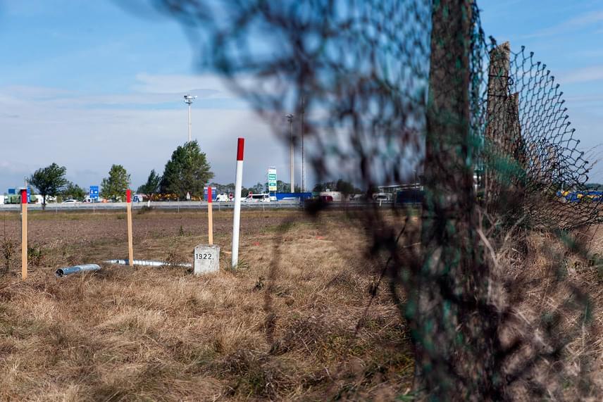 Jelölő oszlopok a magyar-osztrák határon Hegyeshalom közelében 2016. szeptember 19-én. Az osztrák hatóságok elkezdték kijelölni Hegyeshalomnál a magyar-osztrák határszakaszon építendő kerítés nyomvonalát.