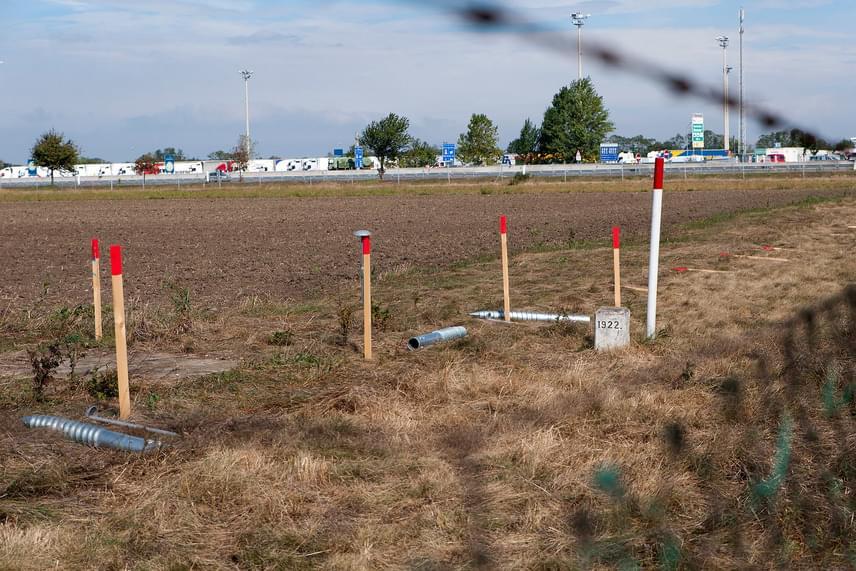 A mintegy egy méter magas karókat a Hegyeshalmot az ausztriai Miklóshalmával - Nickelsdorf - összekötő 1-es út melletti határsávon, a Lajtáig helyezték a földbe, mezőgazdasági területeken, egymástól néhány tíz méterre, a határkövek mentén. Az M1-es autópálya déli oldalán is elhelyeztek már karókat.