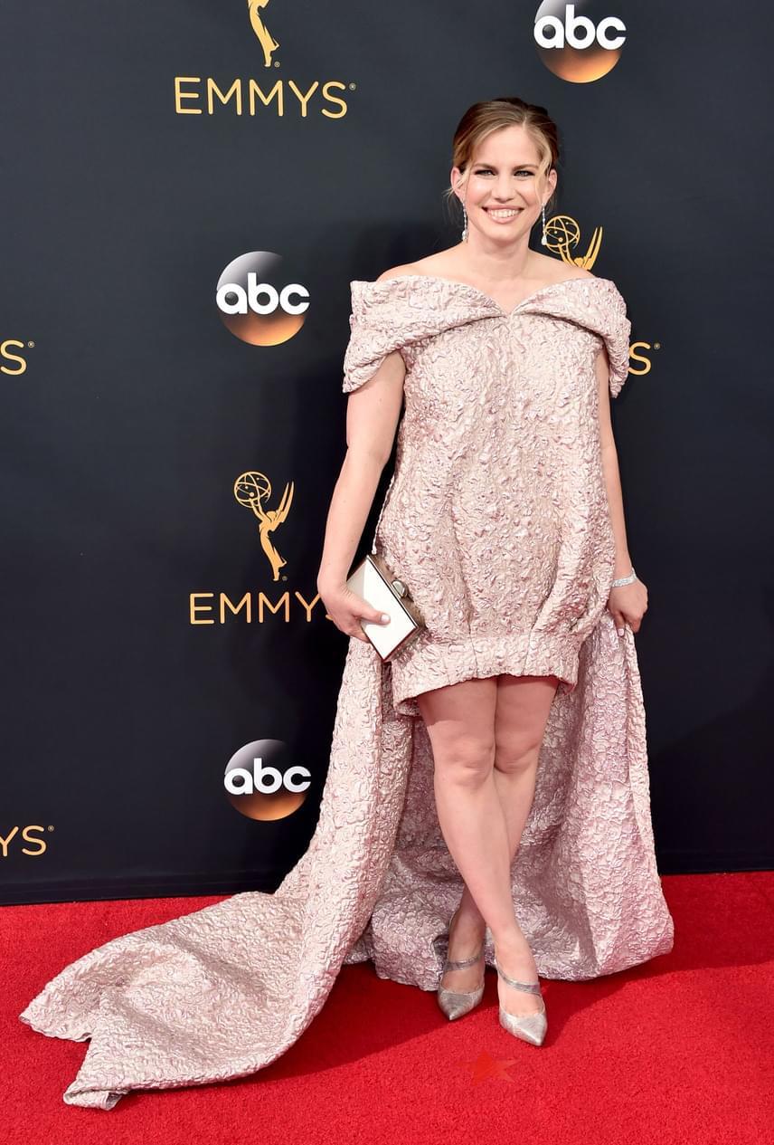 A My Girl egykori gyereksztárja, Anna Chlumsky sem választott szerencsésen - a rajongók szerint olyan volt, mint egy rózsaszín buborékfólia.