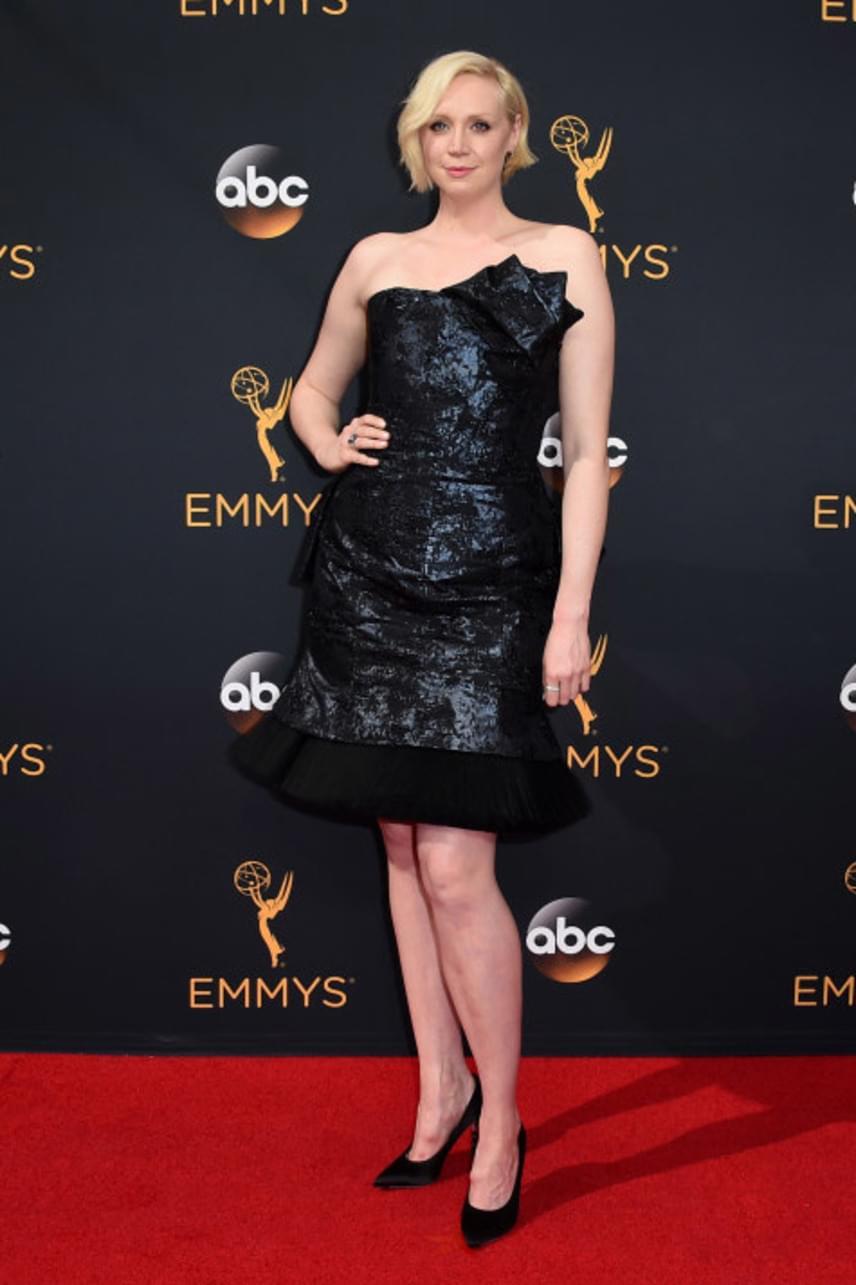 A Trónok harca Brienne-je, azaz Gwendoline Christie ruhája nagyon megosztotta a tömegeket. Sokaknak tetszett a nőies stílus, mégis voltak jó páran, akik azt mondták, hogy mellben egyáltalán nem előnyös ez a különös anyagú ruha.