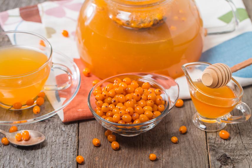 Homoktövis - a cserje rőtnarancs bogyója az első faggyal érik édeskéssé. Ma már hozzá lehet jutni szörp, ivólé és lekvár formájában is. Univerzális gyógynövénynek számít, nemcsak magas C-vitamin-tartalma miatt - körülbelül tízszer annyi található benne, mint a citrusokban -, hanem hatékony antioxidáns vegyületei miatt is. Ha 10 dkg homoktövist megeszel, nagyjából 600 mg C-vitamint juttatsz a szervezetedbe.