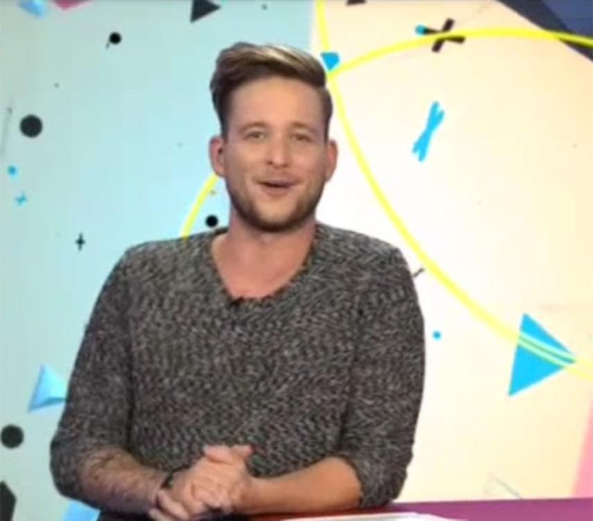 Istenes Bencének, az RTL Klubon futó ValóVilág műsorvezetőjének egyik bejelentkezése is nevetésbe fulladt szeptember elején - alig bírta végigmondani a szövegét. A röhögést az egyik villalakó vallomása váltotta ki belőle, még a könnye is kicsordult.